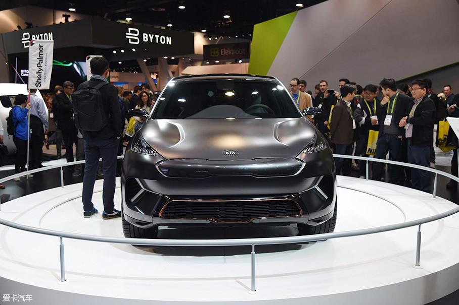 虽然是基于起亚极睿车型打造,但是Niro EV概念车从前脸来看已经完全看不出极睿的影子,大灯、保险杠等经过全新设计,虎啸式进气格栅造型得到了保留,并进行了设计优化。
