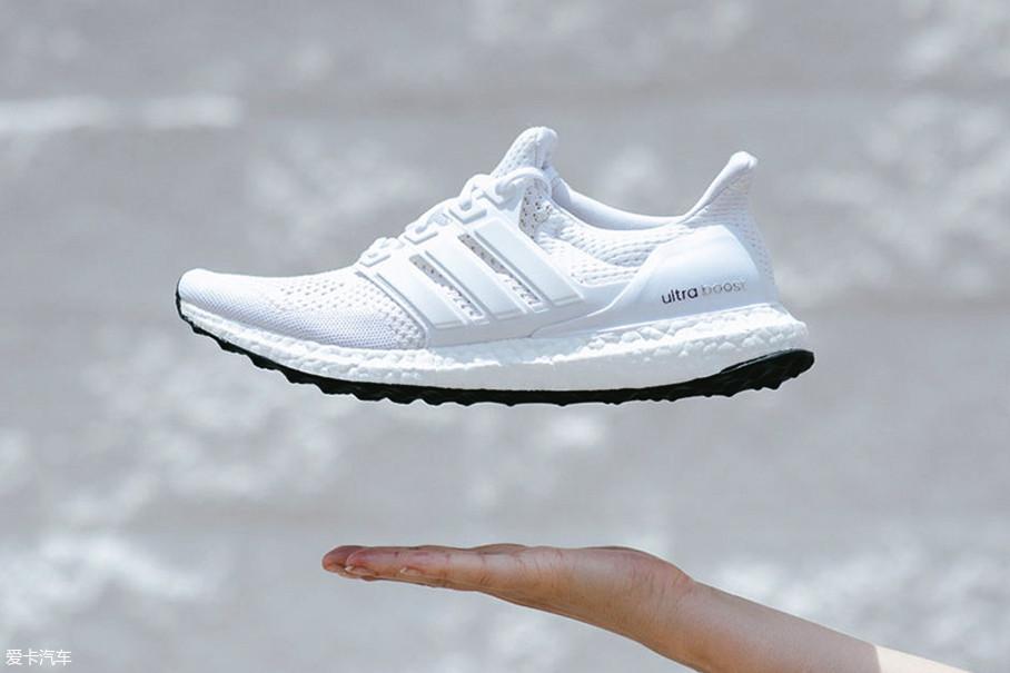 所谓boost技术其实是指鞋子的中底采用了一种叫做InfinergyTM发泡微球的材质,这种材质具备非常优异的弹性以及回弹性,用来做鞋底材料简直再合适不过。