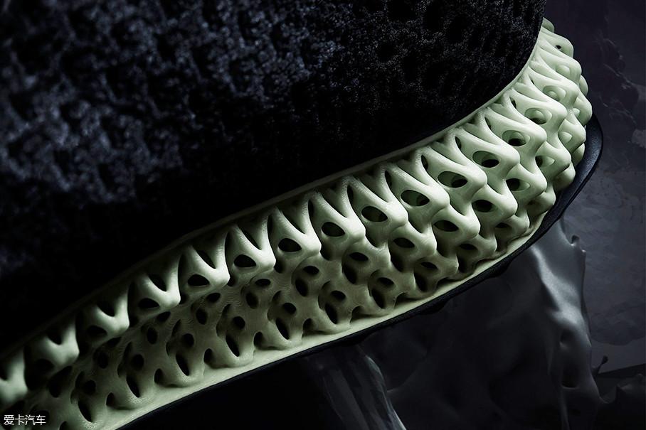 这种鞋底材料由科技公司Carbon发明的Digital Light Synthesis技术打造。这种技术可以通过光定位,将透氧片和液体树脂制作出符合个人足部运动、缓震、稳定和舒适偏好的专属大底。