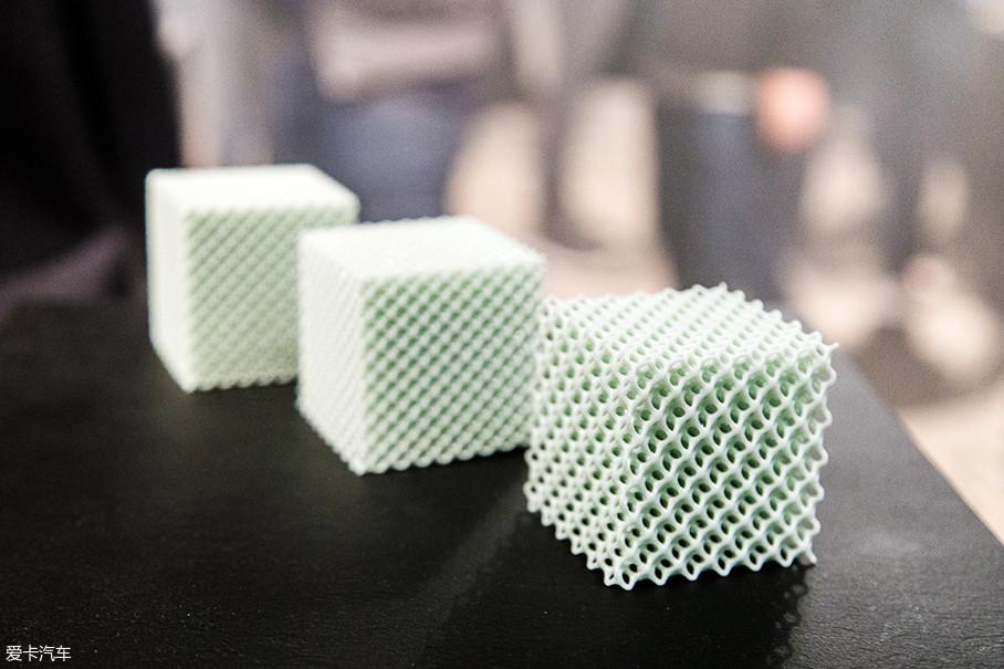 与boost缓震原理不太相同,这种材质缓震主要靠整体形变来实现,其密密麻麻的结构彼此支撑,当受到外力时同时具备支撑和缓震作用。