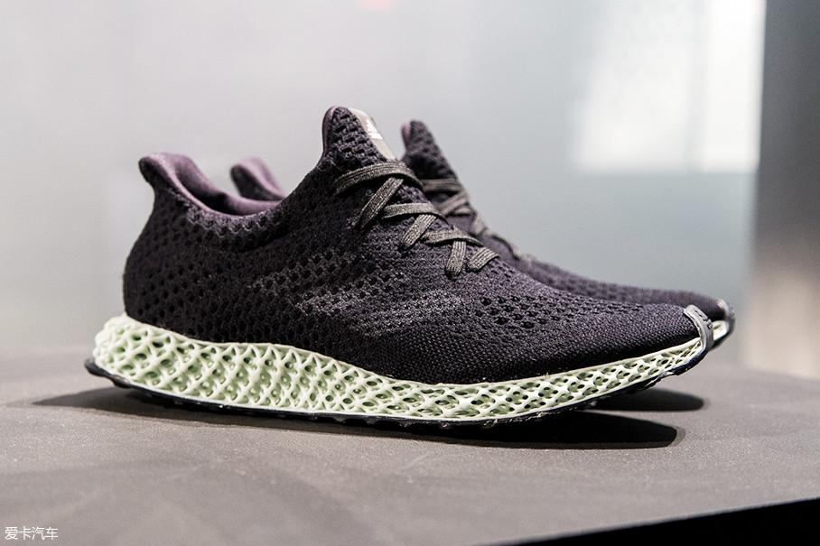 如果说上面所说的boost技术与轮胎技术是内在联系,那接下来要说的就是明眼可看到的联系了。adidas最新发布的Futurecraft 4D概念鞋中底采用了4D打印镂空材质。
