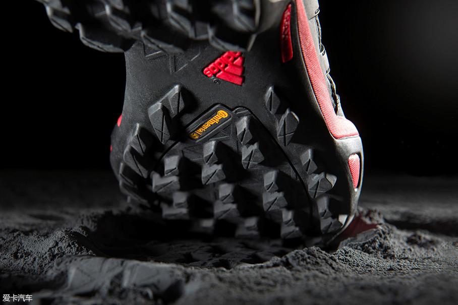 在户外鞋、跑鞋上,马牌轮胎为其提供耐磨鞋底技术支持。