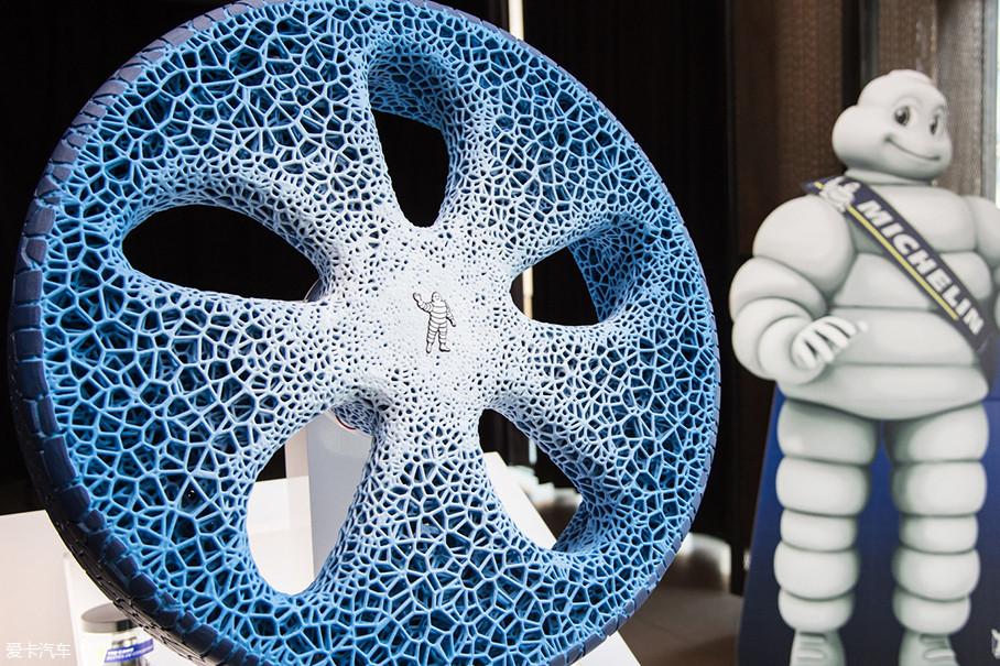 这双鞋让我想起了去年法兰克福车展上,米其林展出的一款名为Vision的概念轮胎。Futurecraft 4D概念鞋的鞋底和这款轮胎非常相似,都是镂空的打印材质。