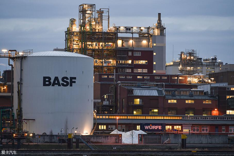 这种神奇的材质由巴斯夫股份公司研发,巴斯夫(BASF)是世界上最知名的化工品牌,其研发的不少产品和汽车有着紧密联系。