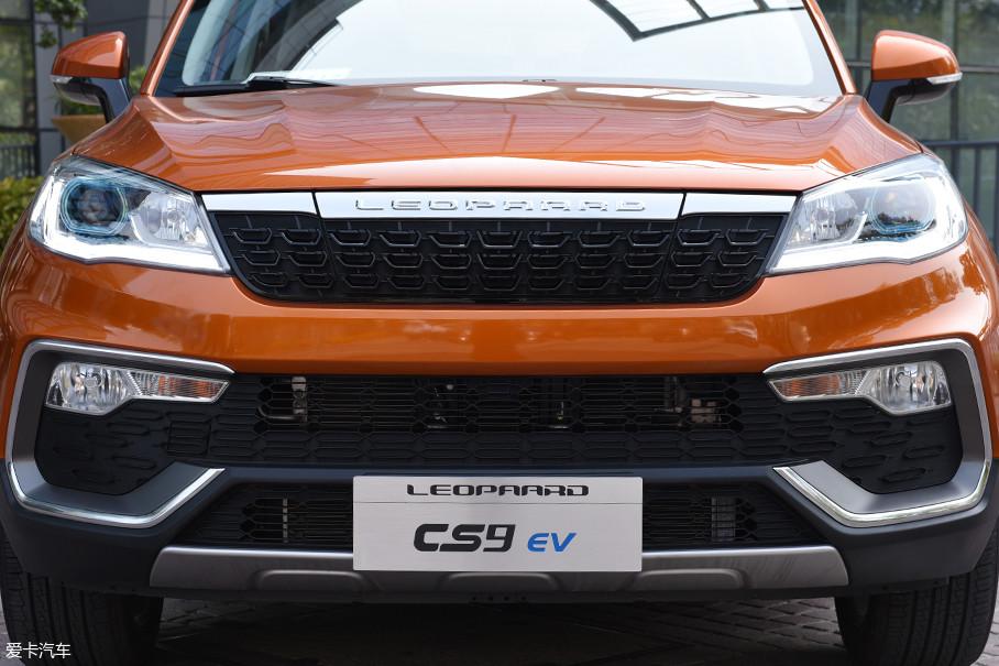 整个前脸并没有因为车辆采用纯电驱动而产生大的改动,进气格栅造型从表面看没有发生变化,但是其采用了封死设计,以减小整车风阻。