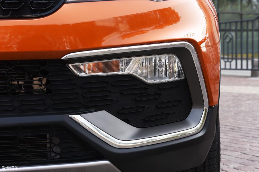 转向灯与雾灯集成在一起,布置在保险杠两侧位置。