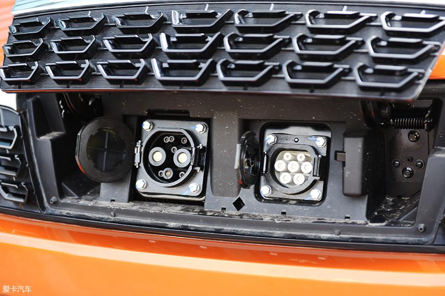 车辆同时具备快充口和慢充口,同时随车附带了一条家用慢充线,日常使用会比较便捷。