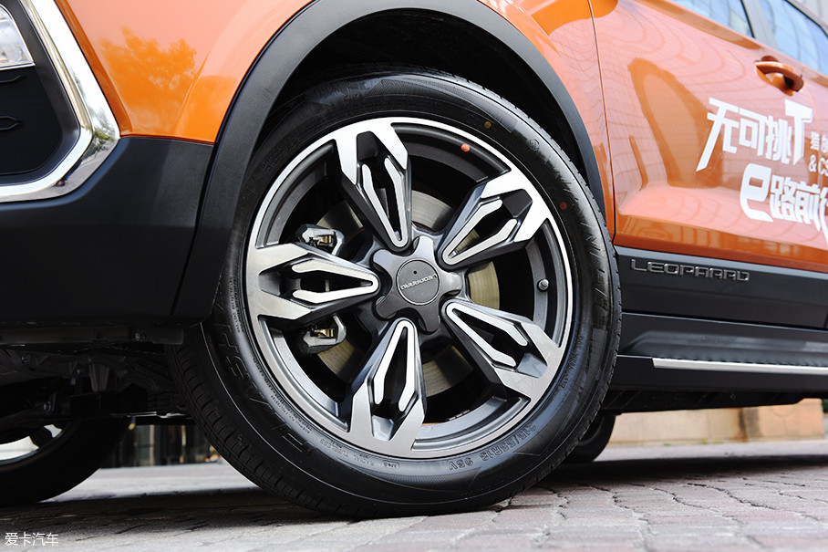 轮圈采用五辐式双色设计,车辆配备的是万力FLASH AS028轮胎,规格为215/55 R18。