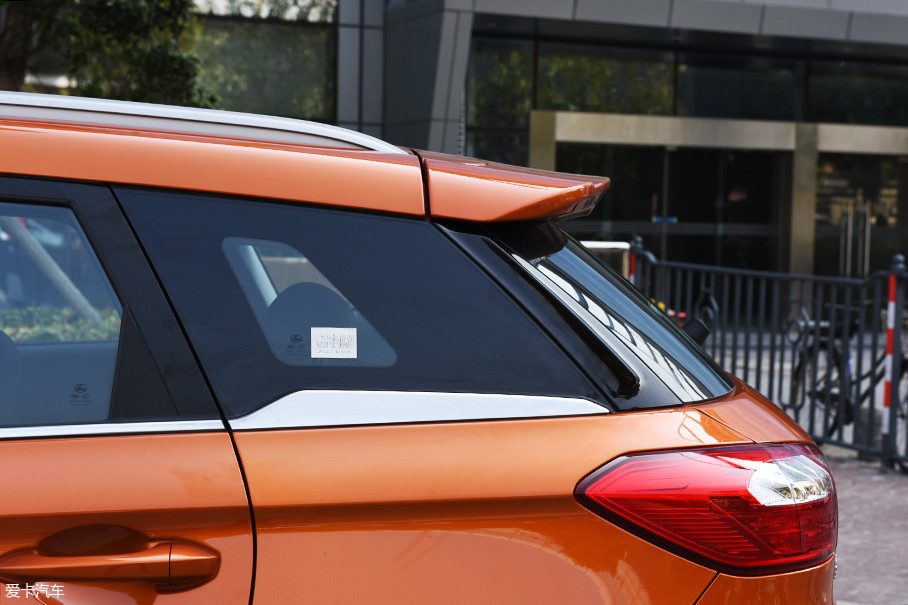 悬浮车顶已经成为如今汽车设计必不可少的元素,虽然俗套,但是不得不承认对于整车气质提升有不小帮助。