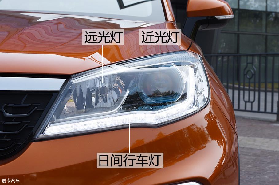 这款车型具备自动头灯功能,远近光灯都为卤素光源,其中近光灯带透镜,日间行车灯则采用LED光源。