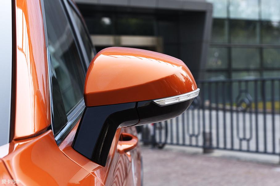 外后视镜并没有像新车发布时采用蓝色装饰,而是与普通燃油版车型保持一样的设计。