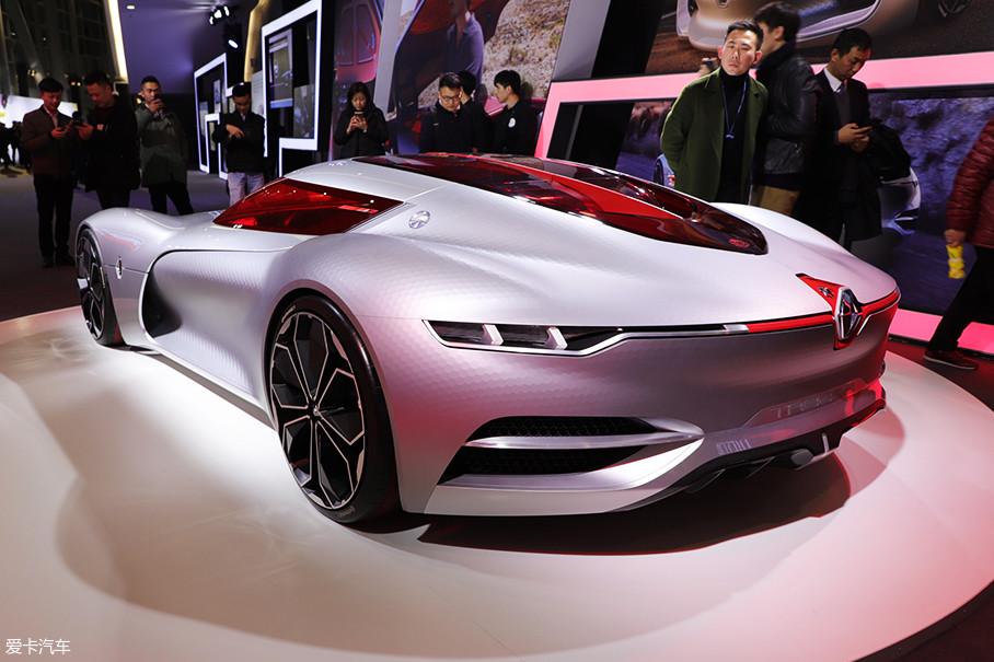 车身采用经典跑车的比例,驾驶室后移,高度也很低,只有1.07m,流畅的车身线条带来了0.22的空阻系数。