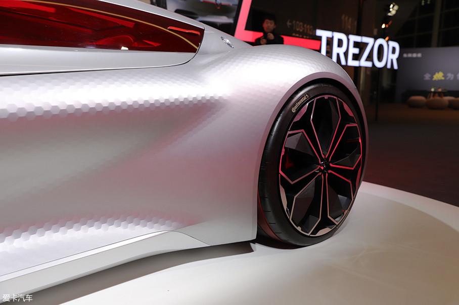 """前唇和车身上布满了大量类似高尔夫球表面的""""碳""""形状结构,这样的设计从视觉上带来一种机械质感的享受,从科技层面则可以降低风阻,间接提供车辆续航。"""