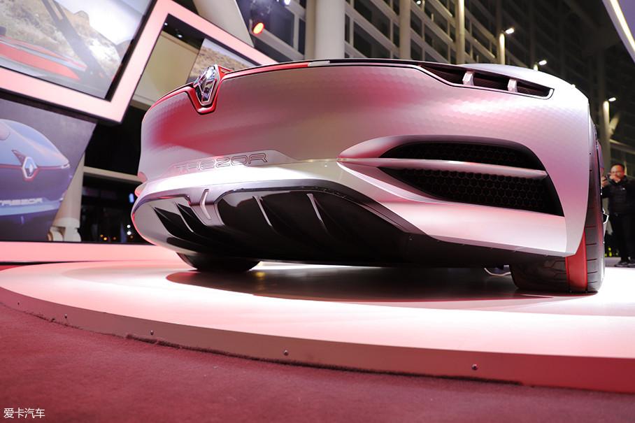 整个概念车的离地间隙为25cm,轴距2776mm,较低的重心保证出色的空气动力学,因为车身结构参考了雷诺的Formula E赛车,也带来了极佳的车重分配和操作表现。