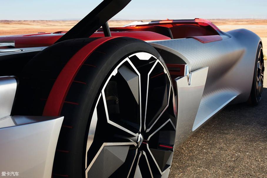 概念车的轮胎来自大陆,轮胎表面设计了一圈红色标识,与红色车窗相呼应。轮圈尺寸夸张,亚光色和亮色形成鲜明对比,看起来十分漂亮。