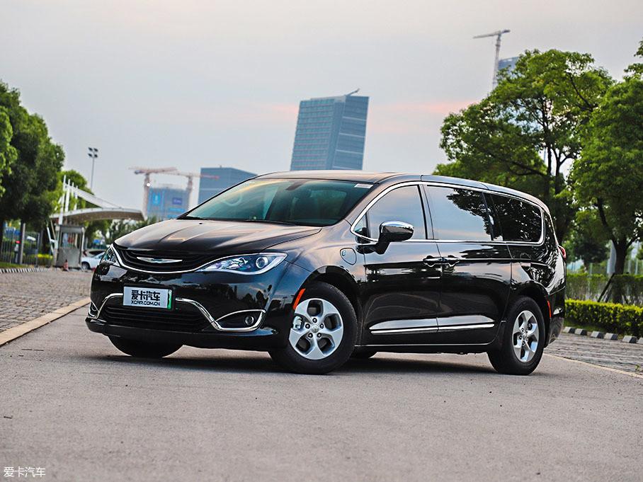大捷龙PHEV的外形设计延续了燃油版大捷龙的样式,与现如今流行的平直线条不同,这款车上更多采用了舒缓的曲线设计。