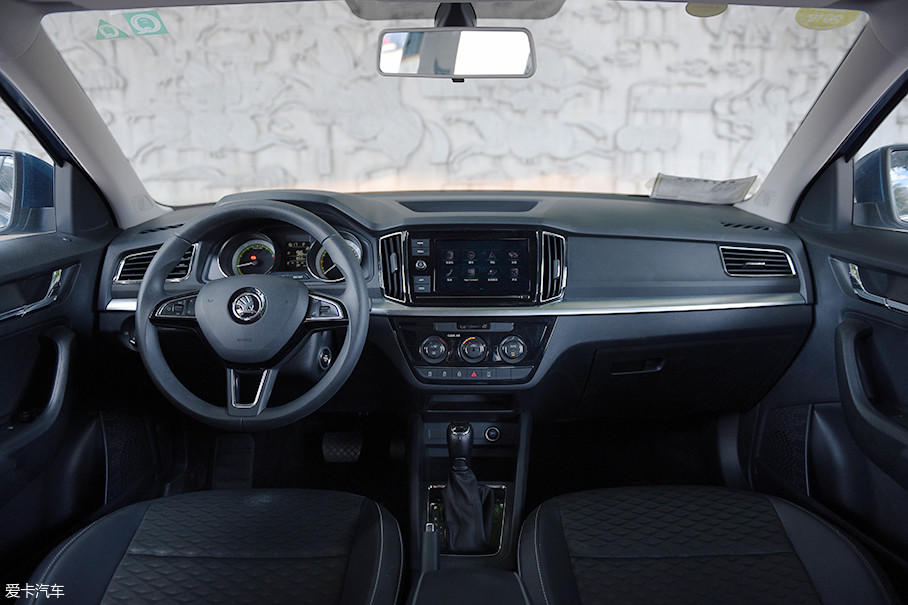 来到车内,可以看到柯米克的内饰采用了对称式布局,全系标配的8英寸中控屏幕对于提升整个内饰的科技感还是有不小帮助。