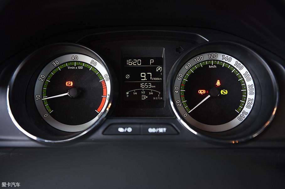 仪表盘和家族中的其它车款没有太大区别,斯柯达特有的白绿配色视觉效果不错,仪表中间的黑白液晶显示屏可以显示油量、行驶里程、时间等信息,功能比较丰富。