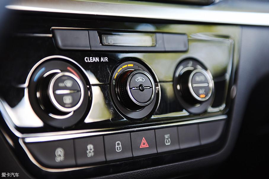 屏幕下方的空调控制区域采用了斯柯达常见的三旋钮式设计,此次拍摄的柯米克车型配备了自动空调,旋钮下方布置有发动机自动启/停、ESP车身稳定系统、中控锁等控制按键。