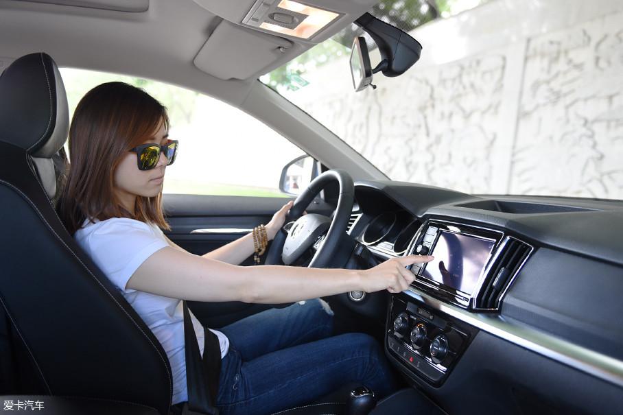 与大众宝来所采用的中控屏幕向驾驶员一侧倾斜的布局不同,柯米克采用了常规对称式布局,为了方便驾驶者操作,中控屏幕有一定程度的前凸,人机工程学考虑周全。