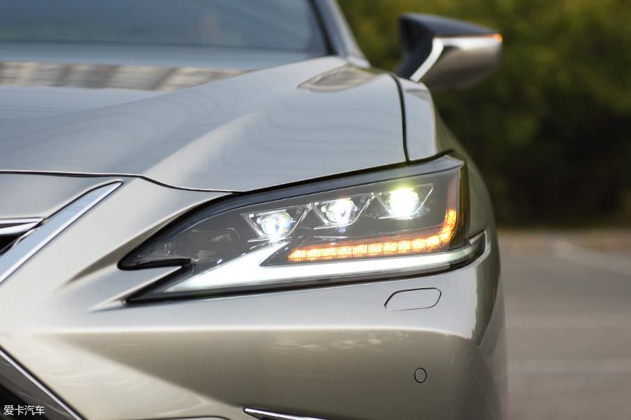 不规则形的前大灯采用了全LED光源,远近光一体式设计,转向灯为流水式。