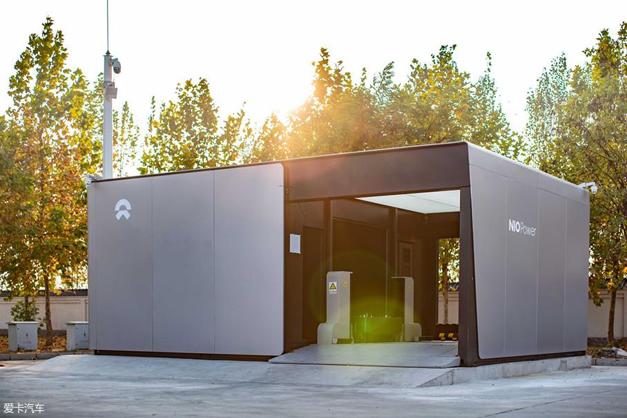 蔚来NIO Power换电站,占地面积仅仅为三个车位大小,每个换电站备有5块电池包,通过云端数据监测可以实现实时调配,及时补充备用电池。