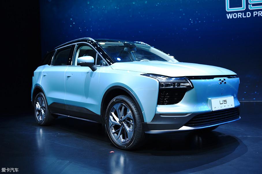 回到爱驰U5这款车上,其定位是一款中型SUV,整体设计语言简洁且克制,体现出了现代工业设计的纯粹与细腻。