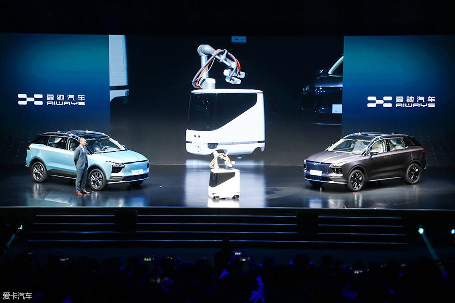 """爱驰全球首创自动充电机器人,其相当于一个移动的""""充电宝"""",机器人自带的机械臂可以主动插拔充电插头。"""