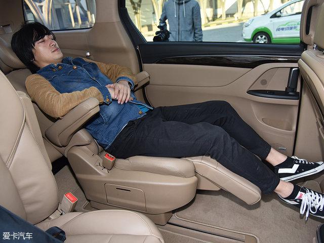 座椅可调节到半躺姿态