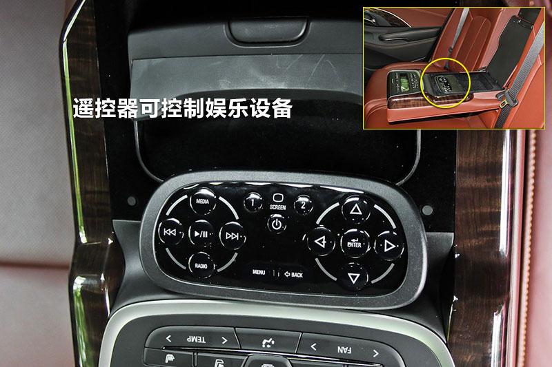后排乘客可靠着座椅用遥控器控制多媒体,比较舒服自在.   ...