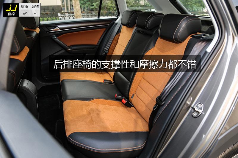 后排座椅同样采用翻毛皮材质