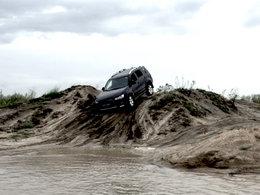不怕台风肆虐 湿地穿越尽显男人本色
