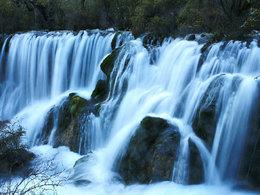 在人群中拍照 壮观九寨沟瀑布