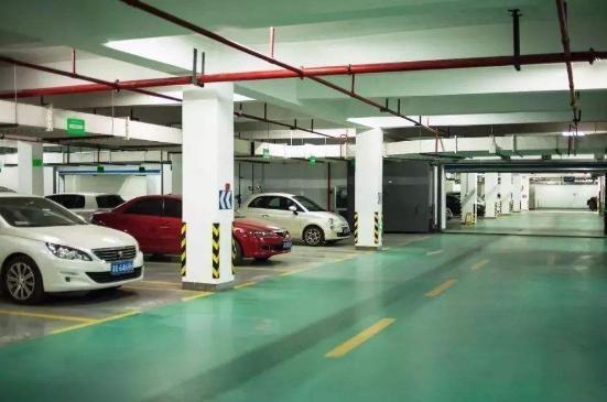 小区3百多车位被一人买下,抬价30%卖出,业主无奈投诉开发商