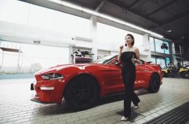 """谁说美式车与""""肌肉男""""最配?小姐姐倾情演绎Mustang情怀"""