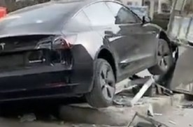 疑似特斯拉再次失控 西安一辆Model 3撞毁医院岗亭