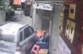 越野车失控闯进一条街,沙发上的大哥被吓坏了