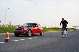 自行车和汽车比初段加速,谁会赢?