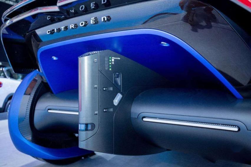 汽车是蓝色的  描述已自动生成