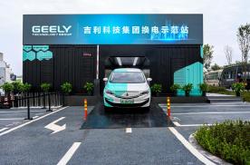 """还说纯电车充电麻烦?叶汽车首款换电车型""""枫叶80V""""亮相重庆"""
