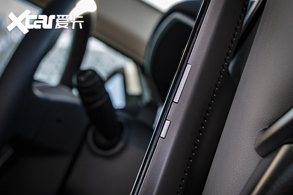 威马EX5屏幕右侧的机械控制按钮