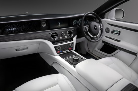 与新奔驰S级相比,劳斯莱斯更愿意将奢华置于科技之上