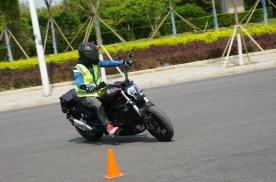 """国产""""大魔鬼""""之贝纳利502C香不香?丨中国摩托车联合测评"""