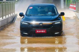 别一下雨就不会开车!