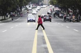 """老司机们的""""福利""""来了 行人乱穿马路 将会被罚款"""
