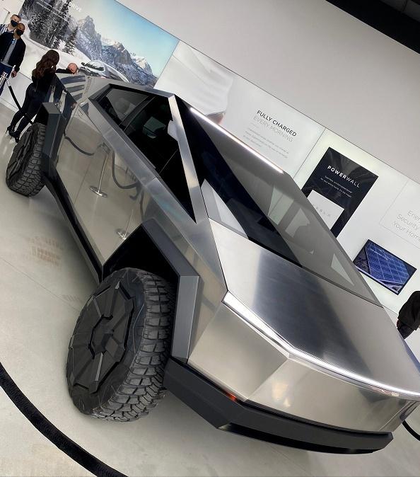 特斯拉皮卡实车亮相,造型很科幻,预计今年年底可交付