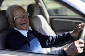 """70岁老人可申领驾照,是商机,还是成下一个""""歧视""""对象?"""