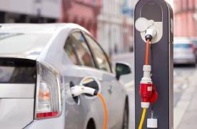 两会发声新能源,加设充电桩与发展小型电动车是否更可取?