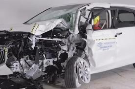 别克GL8安全测试,A柱断裂、中控台内侵严重、保护性较差!