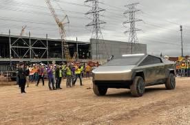 马斯克现身德州超级工厂,泥地里玩了一把Cybertruck电